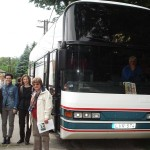 A busz előtt áll a könyvtárosok egy csoportja