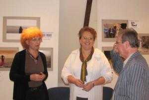 Náray Éva igazgató és Kókay-Mernyák Melinda polgármester asszony tájékoztatják a könyvtárosokat. (Fotó:  Tolnai)