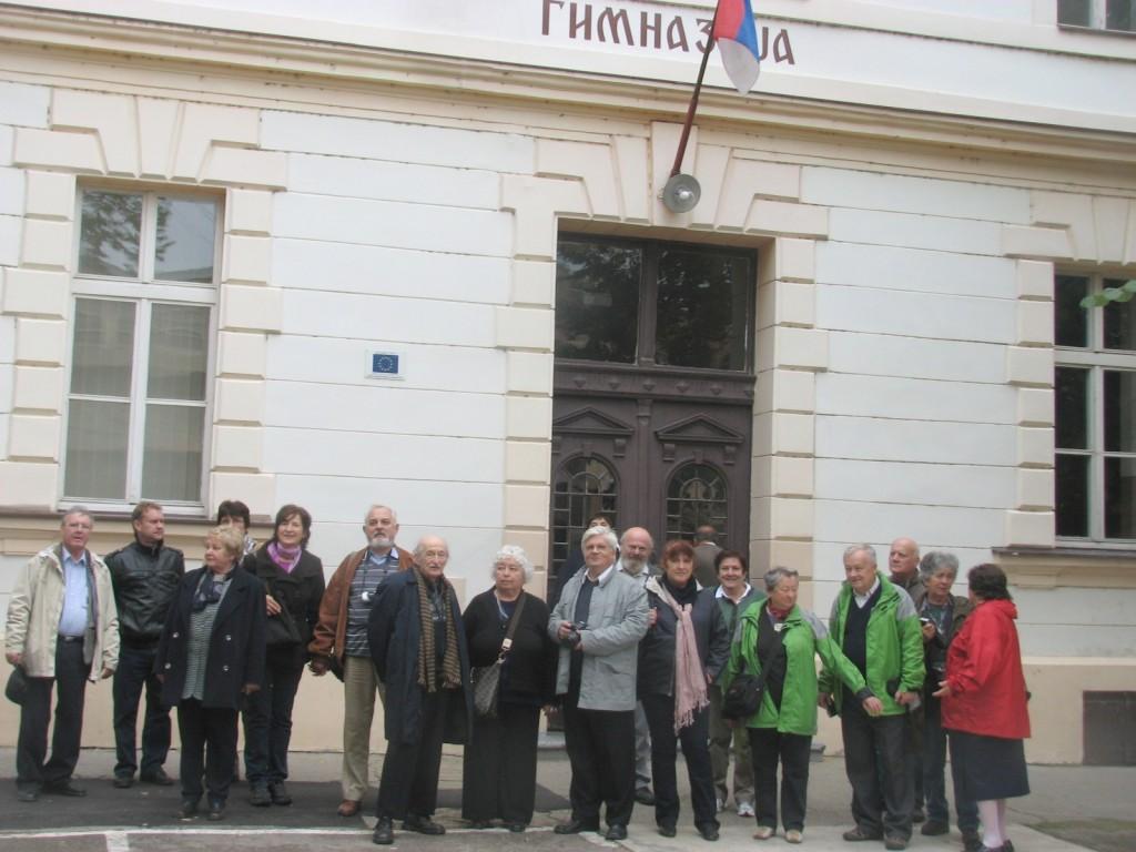 Fehértemplomban csoportunk Herczeg Ferenc néhai gimnáziuma előtt  (Fotó:  Tolnai)