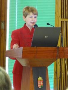 Dr.Palotai Mária A GYEMSZI IR. történeti összefoglalóját tartja