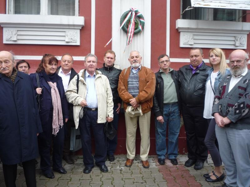 Herczeg Ferenc szülőházát koszorúzzuk vendéglátóinkkal együtt. (Fotó: Nagy Zoltán)