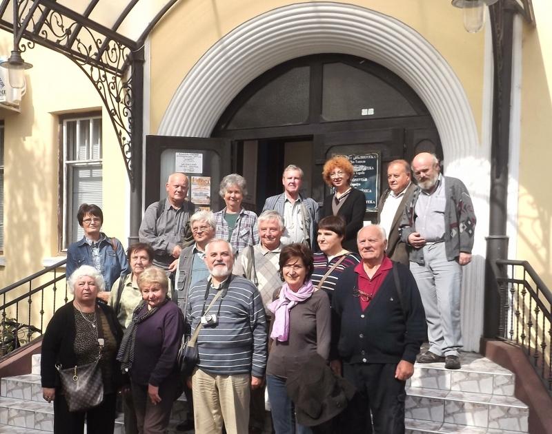 Csoportunk a Topolyai Városi Könyvtár előtt  (Fotó:  Szabó József)