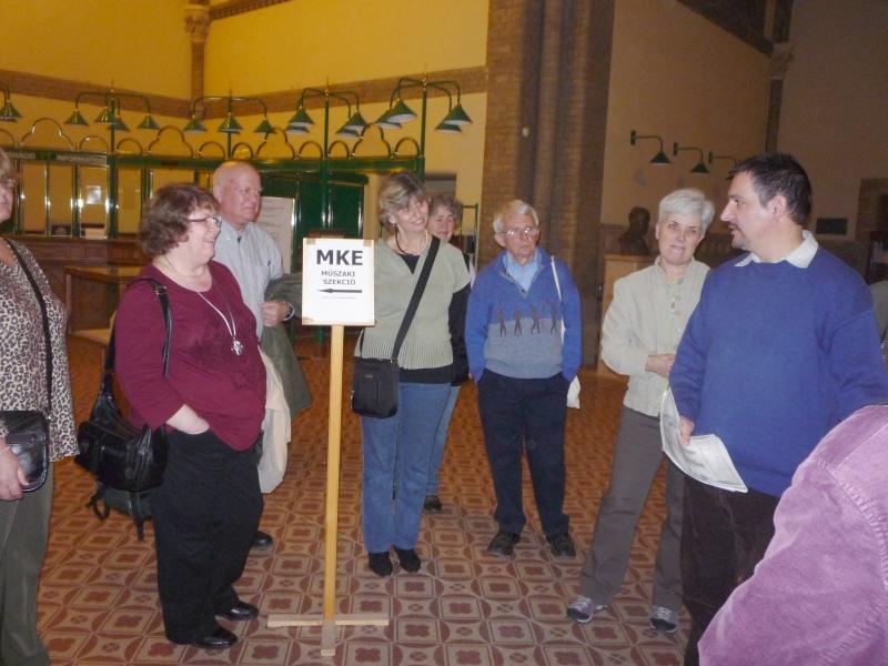 A könyvtárlátogatáson résztvevő tagjaink