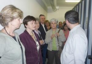 Dr.Horváth Attila bemutatja a raktárat a látogatóknak