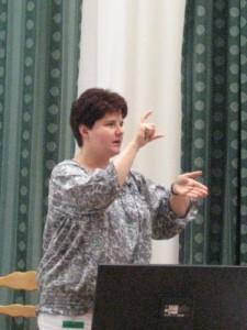 Cserfalvi Annamária magyarázza a jelnyelvet