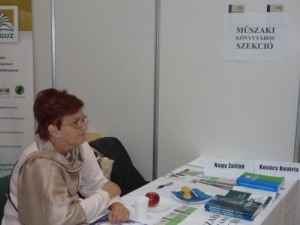 Kovács Beatrix a GYEMSZI munkatársa tájékoztat az MKSZ pultnál
