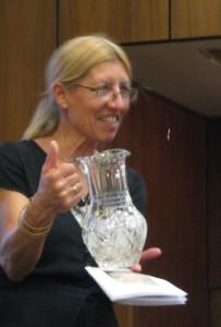 Wittinghoff Judit átadja az ólomkristály vázát