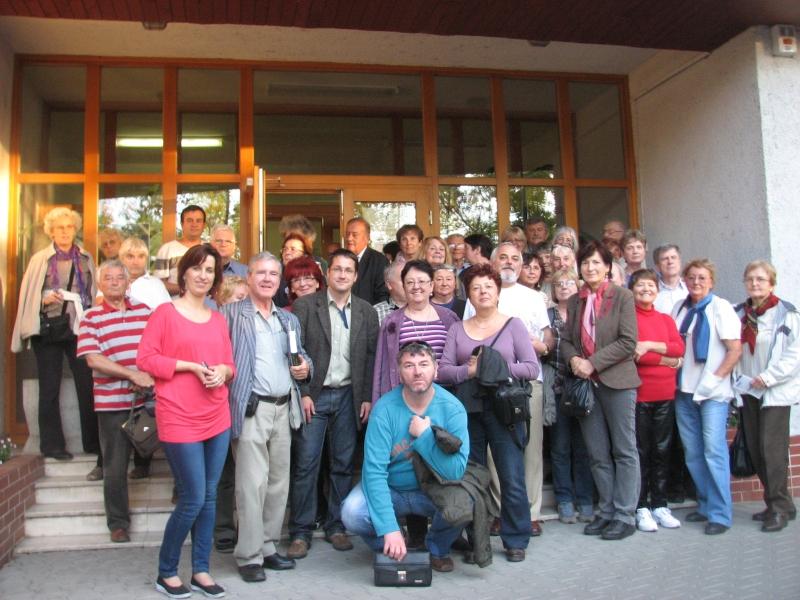 Csoportunk a  Zalabai Zsigmond Könyvtár előtt