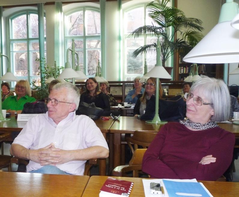 Gazda Istvánról készült riportkötet bemutatóját hallgatják.