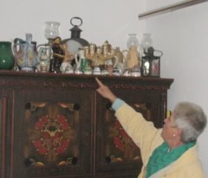Zsuzsa asszony bemutatja a Herczeg Ferenc múzeum tárgyait