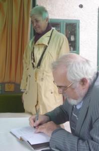 Mák Ferenc, a kötet szerkesztője dedikál