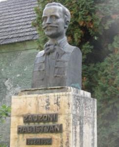 Zajzoni Rab István szobra  a gimnázium kertjében