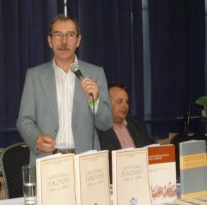 Besnyi Károly a 6.Évkönyv szerkesztője bemutatja a tanulmánykötetet