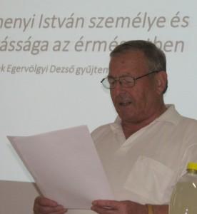 Egervölgyi Dezső az éremkiállítását ismerteti