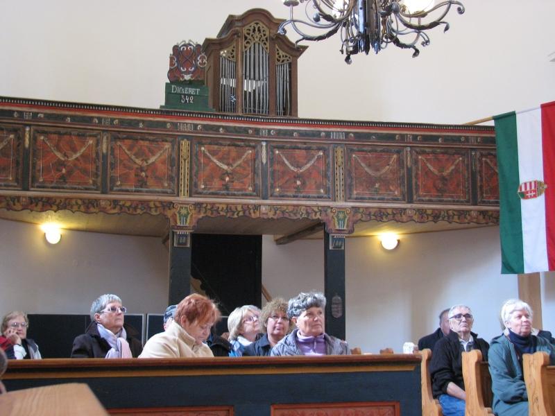 Csoportunk a lelkész ismertetőjét hallgatja a szépen felújított templomban