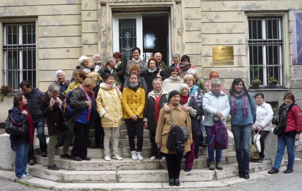 Csoportunk az Egywetemi Könyvtár előtt