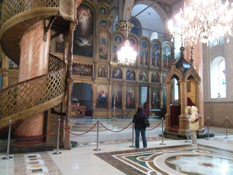 A szerb ortodox templom tágas belső terében