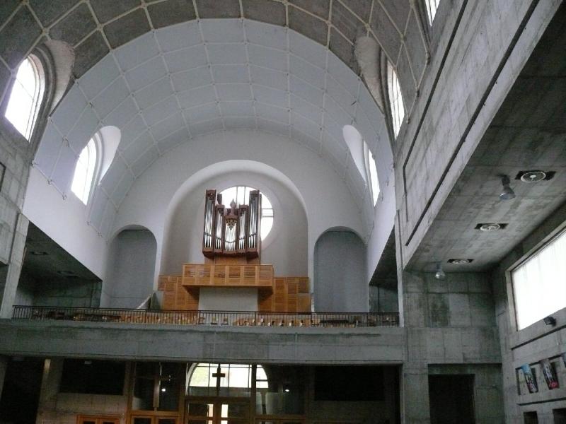 A nyers betonfalak és az új orgona