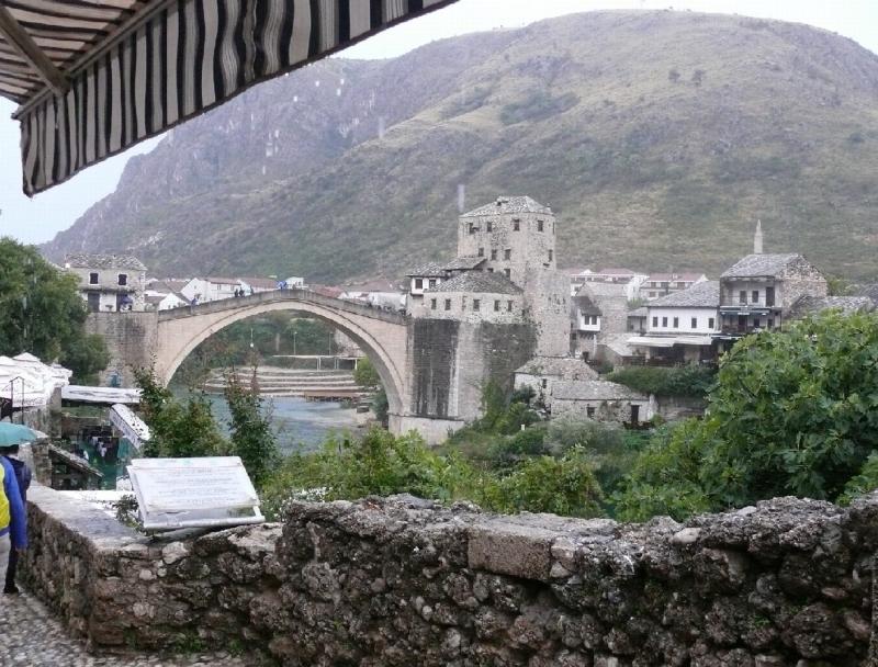 A híd fenséges környezetében