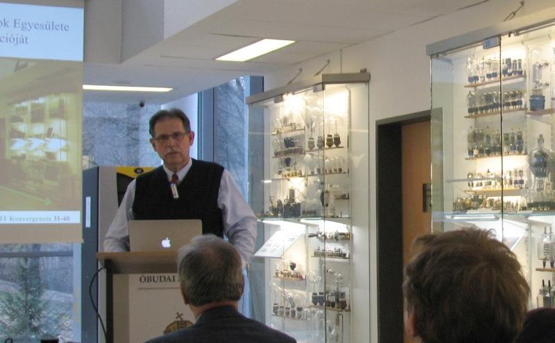 Dr.Kutor László bemutatja az általa létesített állandó kiállítást