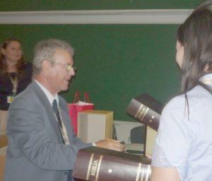 Nagy Zoltán az MKSZ elnöke átadja a Vizsolyi Biblia hasonmását a győzteseknek