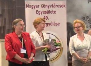 Dr. Palotai Mária, a Műszaki Szekció tagja átveszi az MKE Emlékérmet