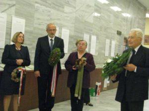 Fülöp Ágnes, (KSH), Dr.Tüske László (OSZK), Barátné, Dr.Hajdu Ágnes (MKE) és Füzéki Bálint megkoszorúzzák a Füzéki emléktáblát az OSZK-ban
