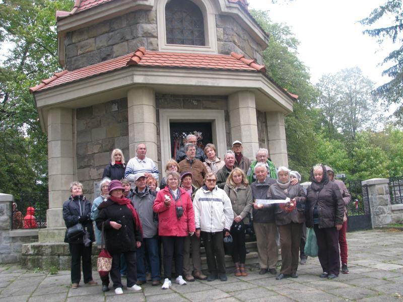 Csoportunk tagjai leróják kegyeletüket a limanowai áttörés magyar hősei előtt