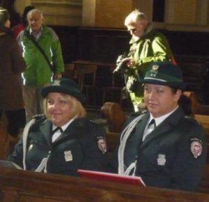 Vidám tűzoltónők délután a templomban