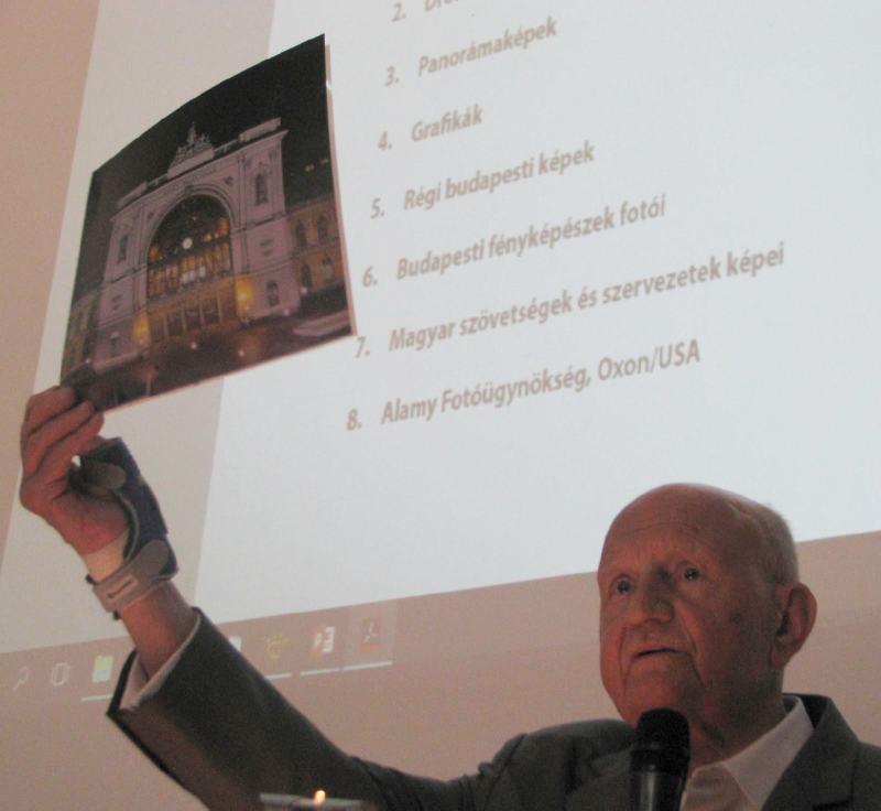 Prof. Dr. Magyar Kázmér a nagyméretű képeket mutatja