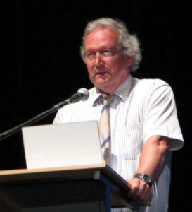 Dr.Freund Tamás nagyhatású előadását tartja