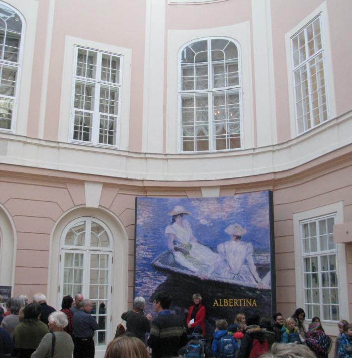 Belépünk a Monet kiállításra
