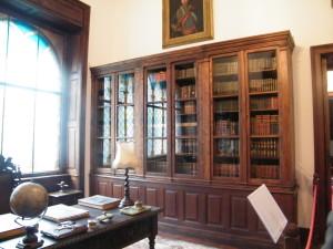 A kastély könyvtárszobája